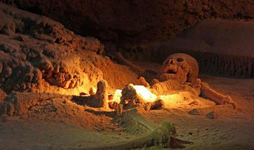 Ở khoang thứ 9, các nhà khoa học phát hiện một bộ xương còn nguyên vẹn