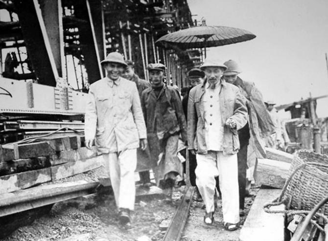 Bác Hồ về thăm công trường xây dựng cầu Việt Trì ngày mùng 1 Tết Bính Thân năm 1956. Ảnh: Tư liệu