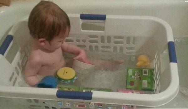 Một chiếc giỏ đựng quần áo rất hữu dụng cho bé khi tắm, giúp các đồ chơi không bị trôi quá xa