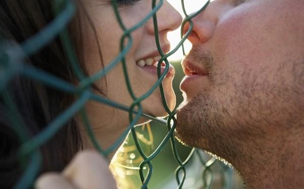 Khi hôn nhau, khoảng trống giữa hai người tạo thành một hình trái tim Valentine hoàn hảo. Ảnh: listverse
