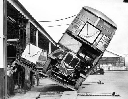 Cách xe buýt 2 tầng được kiểm nghiệm ở Anh.