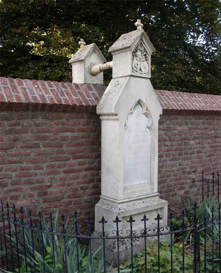 Hai ngôi mộ có vị trí tọa lạc và hình dáng kỳ lạ của một cặp vợ chồng ở Hà Lan, trong đó một người là tín đồ đạo Tin lành, còn người kia là tín đồ Thiên chúa giáo và họ không được phép chôn cất ở nghĩa địa của giáo hội khác.