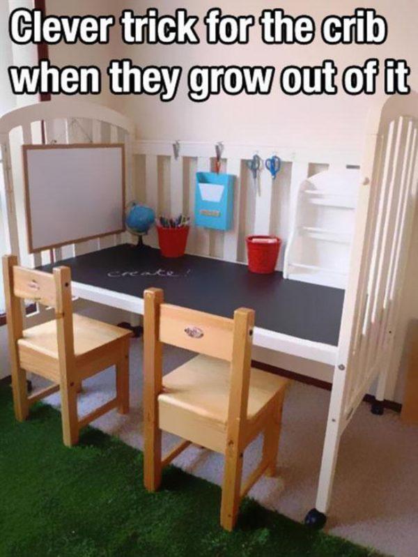 Những chiếc cũi trông trẻ vẫn được sử dụng được như là một chiếc bàn học