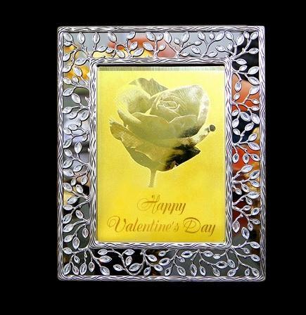 Chiếc thiệp mạ vàng mẫu để khách hàng chọn, giá từ 2,5-6 triệu đồng/chiếc