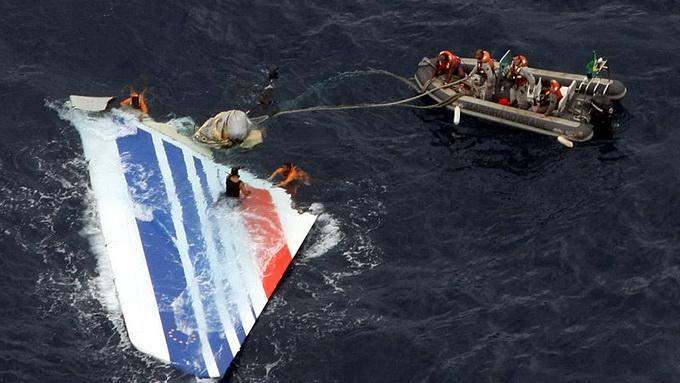 Mảnh vỡ máy bay Airbus 330 của Hãng Air France được tìm thấy - Ảnh: aviationlawmonitor.com