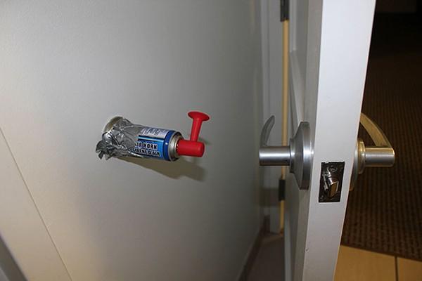 Đặt một cái còi báo động phía sau cửa.