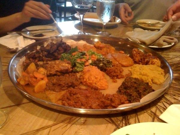Tại Ethiopia, đồ ăn được đặt chung trong một cái đĩa khổng lồ