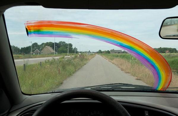 Biến gạt nước kính chắn gió của xe hơi thành một cây cọ cầu vồng.