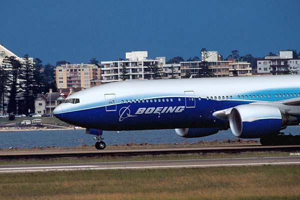 Hai mẫu 777-200LR (Longer Range) và 777-300ER (Extended Range) được chủ định phục vụ cho các đường bay dài không nghỉ theo nhu cầu của khách hàng.