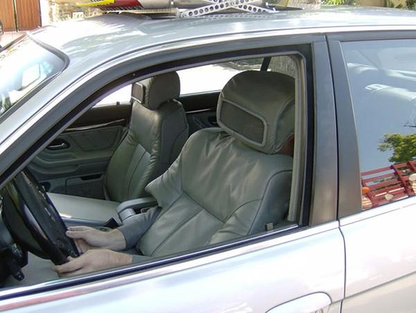 Trốn sau ghế đệm xe hơi và chờ đợi phản ứng của mọi người.