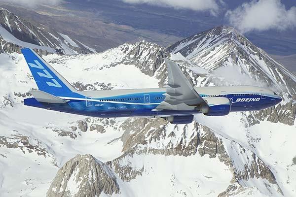 Chiếc Boeing 777-200LR đang bay qua đỉnh Cascade Mountain Range tại Washington trong một buổi thử nghiệm.