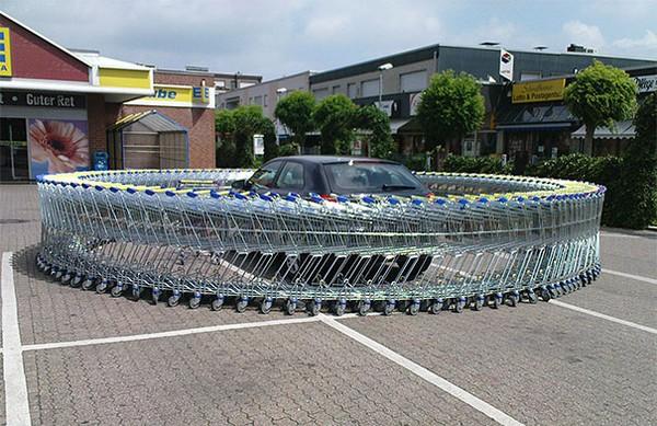 Tạo ra một vòng tròn xe đẩy mua sắm đặt xung quanh xe hơi.