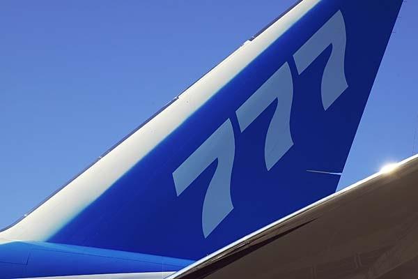 Boeing 777 sử dụng vật liệu siêu nhẹ composite tiên tiến, kết hợp sợi carbon với nhựa cứng ở phần đuôi.