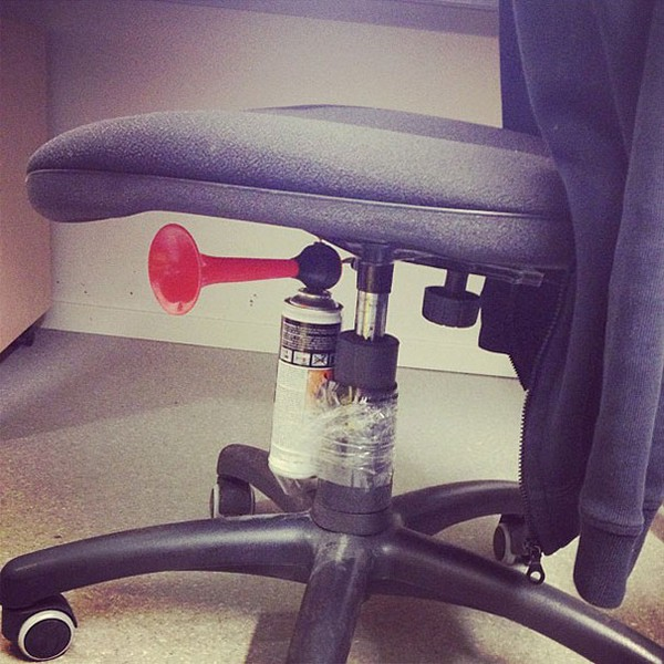 Đặt còi báo động dưới ghế ngồi.