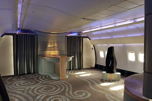 Khoang hạng nhất của Boeing 777-200LR là rất lớn, trên hình là ảnh chụp khoang này khi chưa lắp ghế ngồi.
