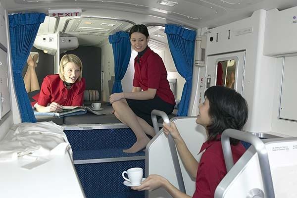 Khu vực nghỉ ngơi của tiếp viên trên máy bay 777. Có 6 buồng ngủ được thiết kế trên các mẫu 77-200LR và 777-200ER, trong khi mẫu 777-300ER có 7 đến 10 buồng.