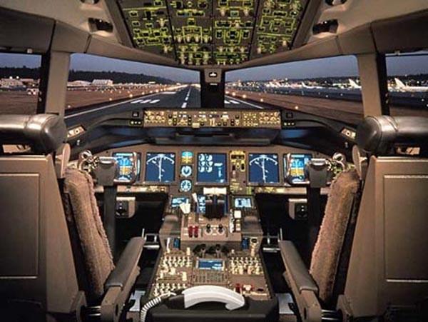Buồng lái được thiết kế với sự tham khảo ý kiến từ hơn 600 phi công.