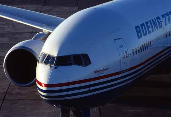 Ngày 8/9/1997, chiếc Boeing 777-300 đầu tiên xuất hiện trước công chúng.