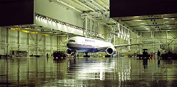 Hình ảnh chiếc Boeing 777-200 đầu tiên ra mắt tại Everett, Washington.