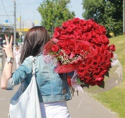 Những bó hoa hồng khổng lồ làm chị em ngất ngây