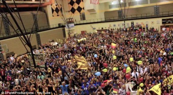 Kỉ lục 2.700 sinh viên hát nhép bài hát mashup 68 ca khúc