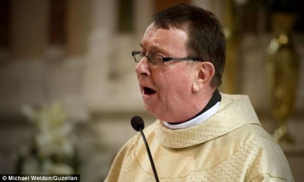 Cha Ray Kelly đã gây ngạc nhiên cho tất cả mọi người trong đám cưới của Chris và Leah O'Kane tại Oldcastle, Meath ở Ireland.