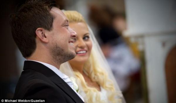 Cặp mới cưới Chris và Leah O'Kane đã bị sốc khi Cha Kelly bất ngờ lên bục và hát ca khúc Hallelujah