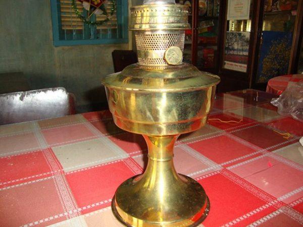 Chiếc đèn dầu này cũng có tuổi đời khá lâu, được truyền từ đời nọ sang đời kia nên không ai biết giá thực của nó.