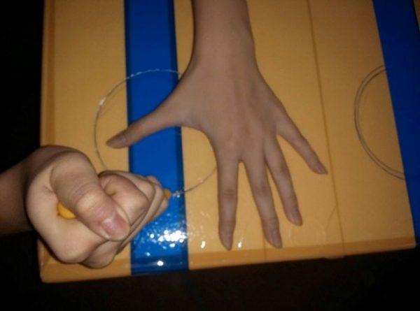 Dùng dao khoét theo hai lỗ đã vẽ ở bước 1