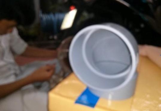 Gắn ống nhựa chữ L và quạt điện vào nắp thùng xốp, sử dụng keo 502 hoặc băng dính để cố định