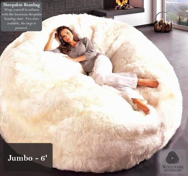 Chiếc gối hình hạt đậu lông cừu này có mức giá không hề rẻ: 1200 USD (~25,5 triệu đồng)