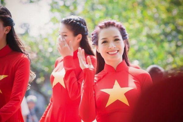 Ngắm người đẹp Việt mặc áo dài màu cờ đỏ sao vàng