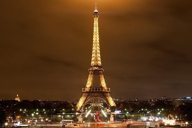 Quá trình xây dựng tháp Eiffel diễn ra trong hai năm, hai tháng và 5 ngày