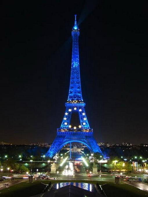 Vào ban đêm, cứ 5 phút, tòa tháp trở nên đẹp và lung linh hơn