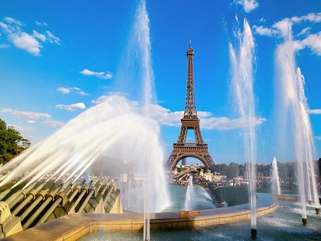 Tháp Eiffel vẫn giữ nguyên các thang máy của thời kỳ 1889