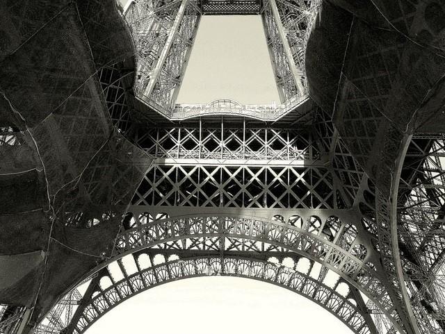 Ban đầu, người Pháp đặc biệt khó chịu trước sự hiện diện của Eiffel