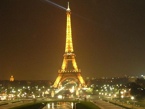 Năm 1889, tờ báo Pháp Le Figaro đã trưng bày một máy in trên tầng hai của tháp Eiffel