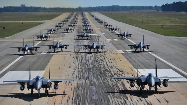 Ngày 15/12/2012, Các tiêm kích F-16 của phi đội 35, 80 thuộc đoàn tiêm kích số 8 tại căn cứ Không quân Mỹ ở Kunsan, Hàn Quốc cùng lực lượng của phi đội 4, Đoàn tiêm kích Viễn Dương số 388 của căn cứ Hill Air; Nhóm tiêm kích tấn công số 38 của Không quân Hàn Quốc đã tham gia trình diễn Voi đi bộ.