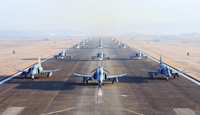Màn trình diễn Voi đi bộ của tiêm kích F-4