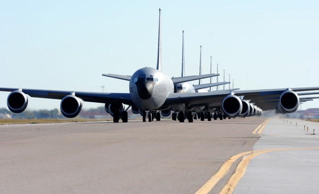 Các máy bay tiếp dầu KC-135 trình diễn Voi đi bộ