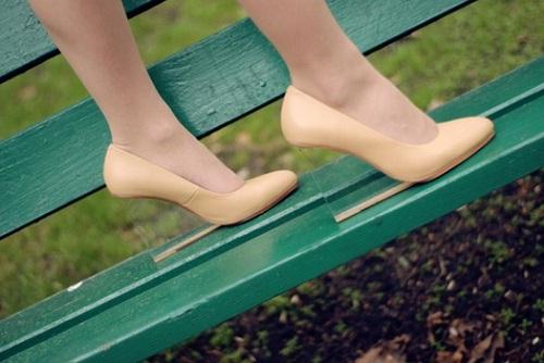 Đôi giày cao gót có thiết kế đế trong suốt đánh lừa thị giác của bạn