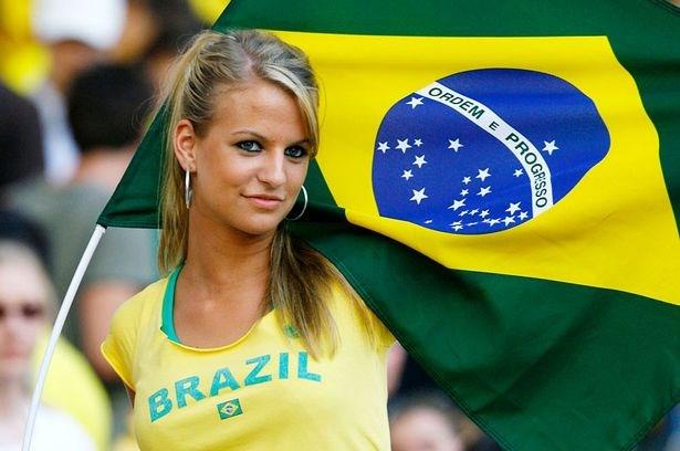 Cổ động viên nữ ngọt ngào của Brazil