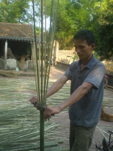 chú Bùi Văn Dự, người sáng chế ra dao chẻ, máy lột nan nứa đan phên cực nhanh