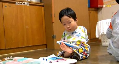 Yu Tae-ho tự tra kem đánh răng cho mình và cho cả anh trai và chị gái.