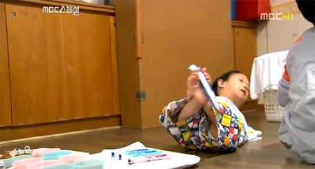 Và cũng có khi Yu Tae-ho ngã nhào. (Ảnh chụp từ video)
