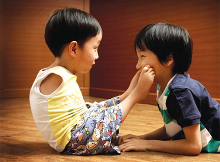 Cậu bé khuyết tật Yu Tae-ho (bên trái) và một người bạn