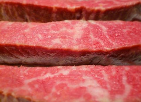 Thịt bò Wagyu, giá: 500-2.800 USD/miếng tùy theo kg