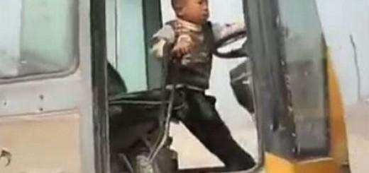 Cậu nhóc 5 tuổi lái máy xúc siêu đẳng