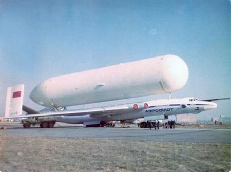 Xem máy bay 'ngựa thồ' Atlant-Nga chở bồn xăng khổng lồ