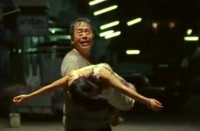 """Người bố bế con tới bệnh viện với lời cầu xin """"Con gái tôi, nó không thể chết"""". (ảnh chụp clip)"""